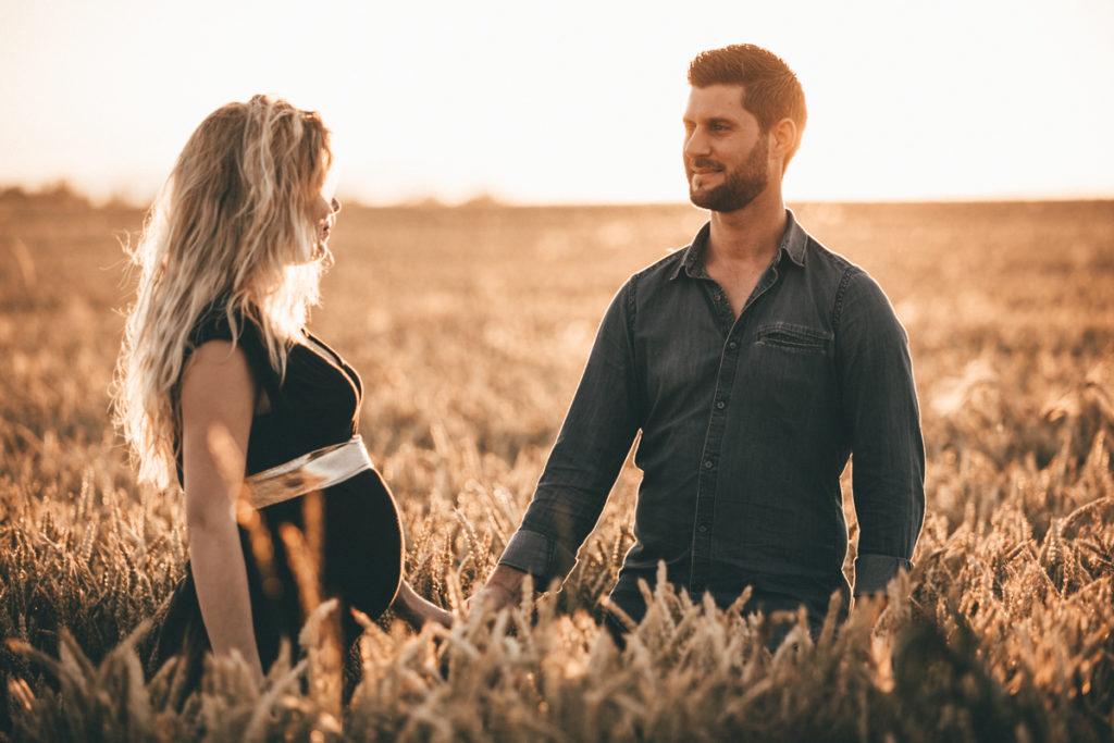 Séance photo grossesse en Seine & Marne couple champs de blé coucher de soleil gressy