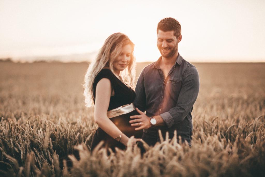 Séance photo grossesse en Seine & Marne couple flare champs de blé