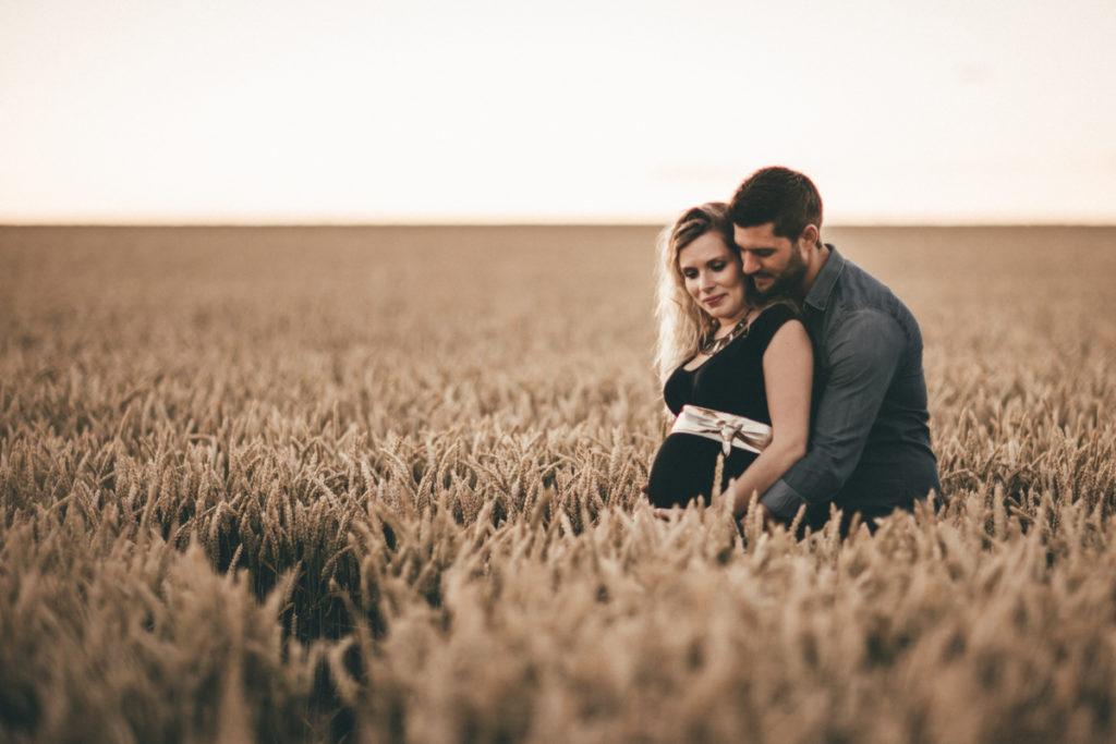 Séance photo grossesse en Seine & Marne couple champs de blé claye souilly