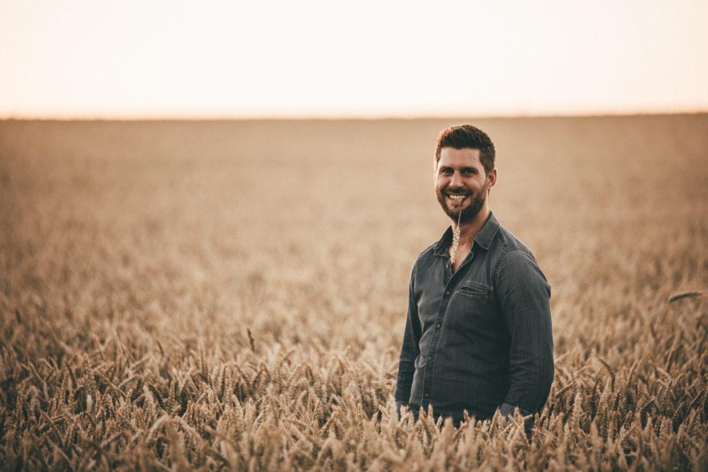 Séance photo grossesse en Seine & Marne couple champs de blé
