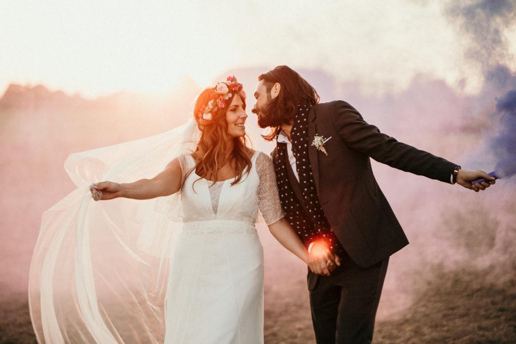 Photographe mariage domaine de quincampoix photo de couple avec fumigènes