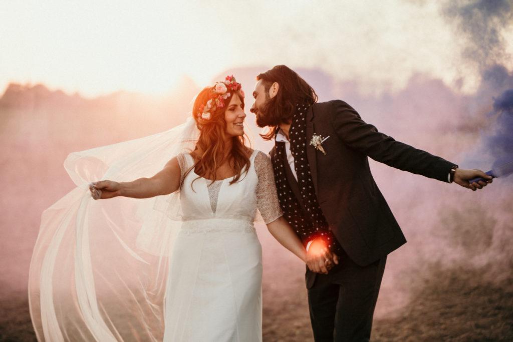 Mariage d'automne à la Ferme d'Armenon mariés fumigènes