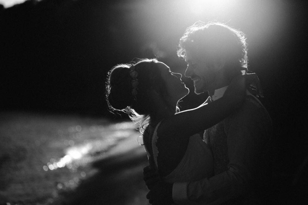 Les objectifs Tamron en mariage photo de mariage sur la plage en noir et blanc