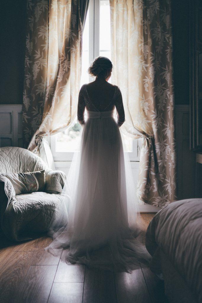 Les objectifs Tamron en mariage mariée devant fenêtre avec 35 tamron