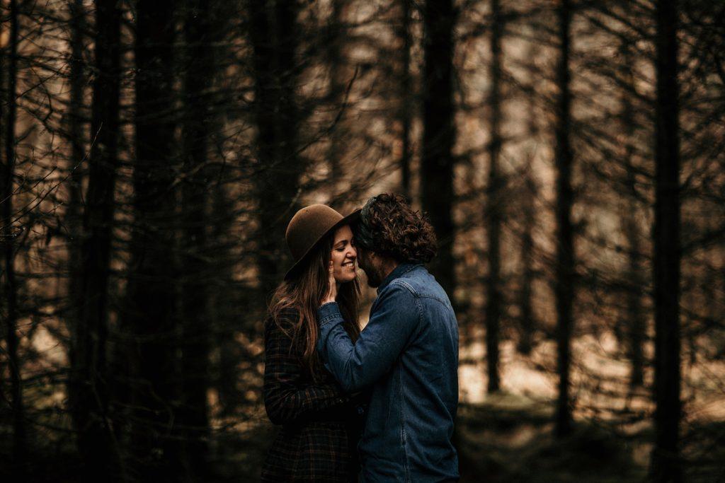 Séance couple en Ecosse photo de couple en forêt