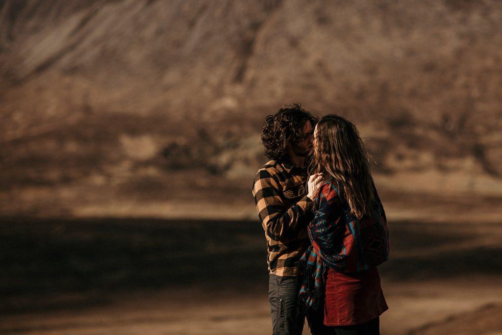 Séance couple en Ecosse couple s'embrasse elgol