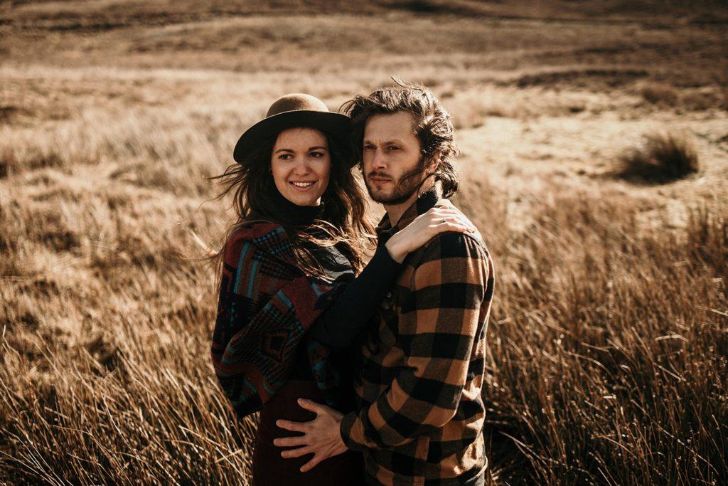 Séance couple en Ecosse couple dans les bras