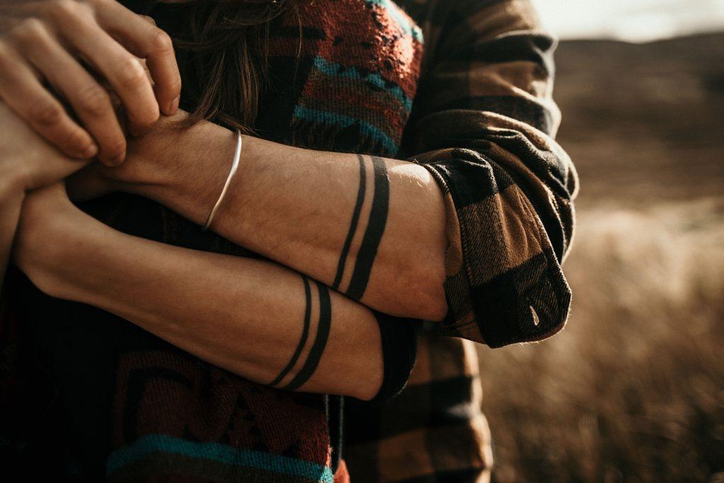 Séance couple en Ecosse bras tatouage nouvelle zelande