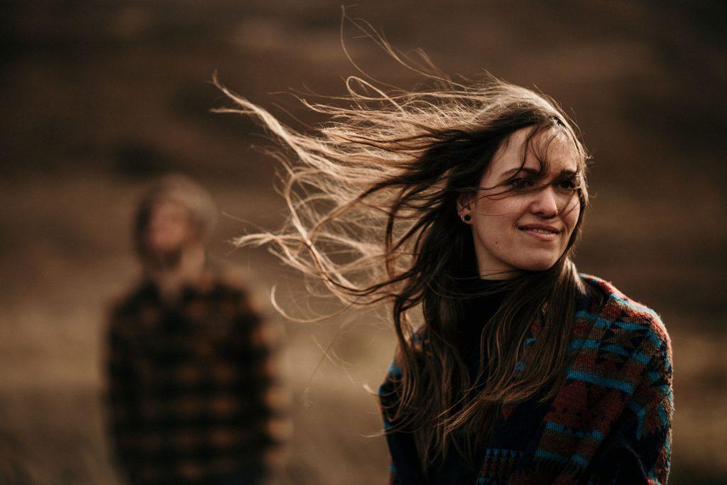 Séance couple en Ecosse cheveux dans le vent ile de skye