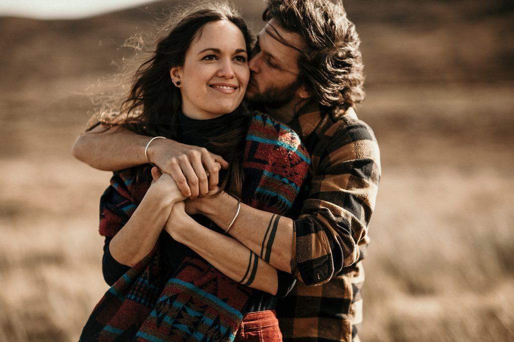 Séance couple en Ecosse couple s'enlaçant bras tatoués